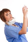 Giovane medico femmina caucasica holding riempito siringa — Foto Stock