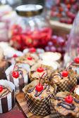 Taze kek kiraz tepesinde ve diğer aperatifler — Stok fotoğraf
