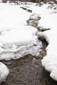 Un torrente di montagna ghiacciata, santa caterina valfurva, italia — Foto Stock