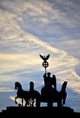 Silhouette der statue quadriga auf dem brandenburger tor, berlin — Stockfoto