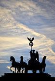 Siluet quadriga heykelin üstünde belgili tanımlık tepe-in brandenburg kapısı, berlin — Stok fotoğraf