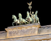 квадрига на вершине бранденбургские ворота, ночной снимок, берлин — Стоковое фото