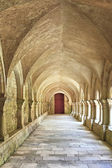 Gamla colonnaded closter i abbaye de fontenay i bourgogne — Stockfoto
