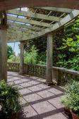 古罗马风格的柱撑的花园 — 图库照片