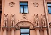 Fassade Altbau mit Skulpturen im ägyptischen Stil — Stockfoto