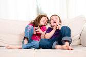Barn lyssnar på musik — Stockfoto