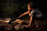 Boy cooking marshmallow — Stockfoto
