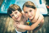 Brat i siostra, przytulanie — Zdjęcie stockowe