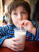 çocuk süt içme — Stok fotoğraf