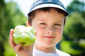 Chlapec jíst jablko — Stock fotografie