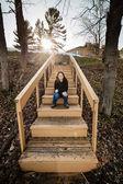 Mujer sentada en las escaleras — Foto de Stock