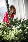 装饰圣诞树的女孩 — 图库照片