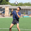 Soccer player juggle the ball with his head — Stock Photo