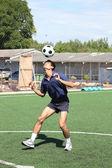 Jugador de fútbol malabares con el balón con la cabeza — Foto de Stock