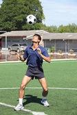 Giocatore di calcio manipolare la palla con la testa — Foto Stock