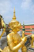 A Golden statue at the Temple of the Emerald Buddha — Stockfoto