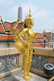 A Golden Kinnari statue att he Temple of the Emerald Buddha — Stock Photo