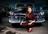 Girl in pin-up on a background of retro cars. parking — Stockfoto
