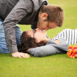 Kiss on lawn — Foto de Stock