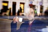 Czterdzieści lat biznesmen picia kawy w kawiarni miasta w porze lunchu — Zdjęcie stockowe
