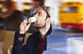 сорок лет назад бизнесмена, пить кофе в кафе city во время обеда — Стоковое фото