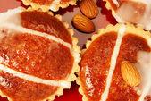 Pasteles de almendra en un plato rojo — Foto de Stock
