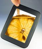 Tableta táctil computadora cojín con limón — Foto de Stock