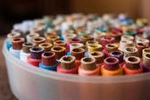 Sastre de carretes coloridos del fondo de la rosca - una serie de imágenes relacionadas. — Foto de Stock