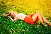 Portrét mladé krásné ženy v parku — Stock fotografie