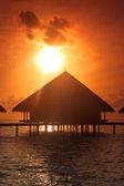 Puesta de sol en las islas maldivas, agua villas resort — Foto de Stock