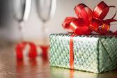 Scatola regalo verde con un nastro rosso sul primo piano sfondo — Foto Stock