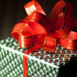 Green gift box with a red ribbon on background close-up — 图库照片