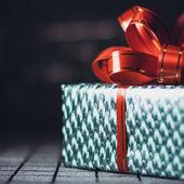 绿色礼品盒带有红色缎带上背景特写 — 图库照片