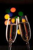 Dwie szklanki szampana opiekania na tle światła bokeh — Zdjęcie stockowe