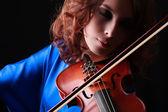 Скрипка играет скрипач музыкант. женщина классический музыкальный инструмент игрока на черном — Стоковое фото