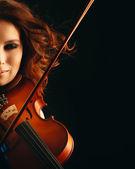 Beautiful violinist playing violin — 图库照片