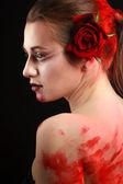 Kan ve gül ile güzel gotik kız portresi. kan — Stok fotoğraf