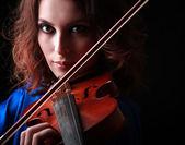Spela fiol. musikinstrument med artist händer på mörk bakgrund. — Stockfoto