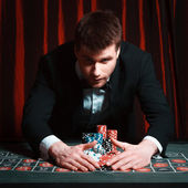 Man playing at the casino — Foto de Stock