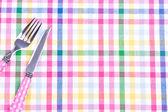 Fourchettes et des couteaux sur une nappe — Photo