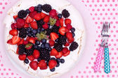 Pavlova cake with berries — Stock Photo