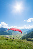 Paraglider in the mountains — Stok fotoğraf