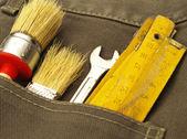 牛仔裤的后兜里的工作工具 — 图库照片