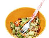 świeże sałatki w orange bowl — Zdjęcie stockowe