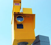 Speed camera and Traffic Light on Green against a Blue Sky — Stock Photo