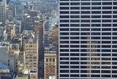 Groot gebouw tegen kleinere — Stockfoto