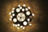 Starožitný lustr s rozsvícenými světly — Stock fotografie