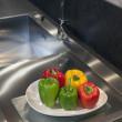 poivrons colorés dans une cuisine moderne — Photo