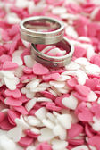 Wedding rings with cute sugar hearts — Stockfoto