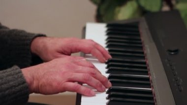 Making mistakes when playing the piano — Stock video